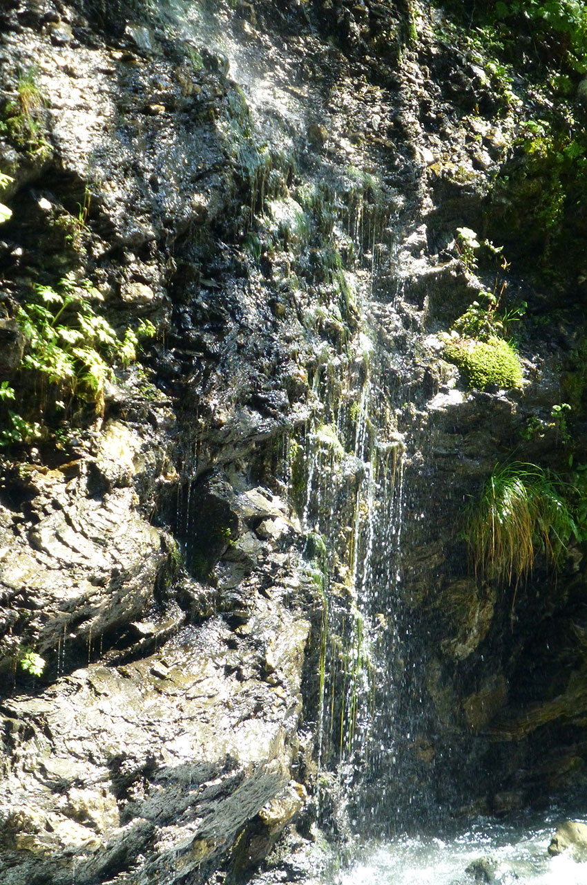 De petites cascades ruissellent sur le bord du chemin
