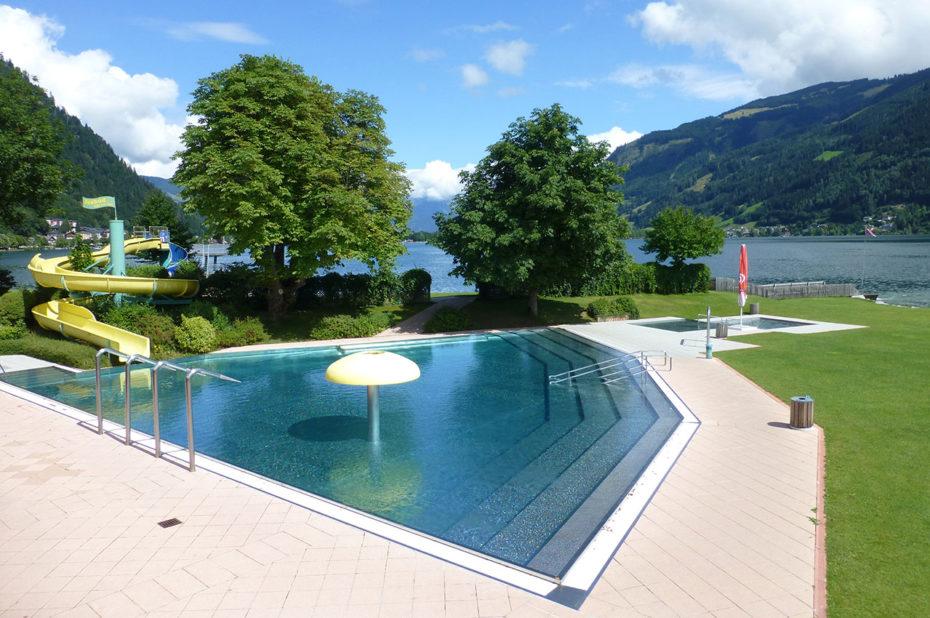 Une piscine de rêve au bord du lac