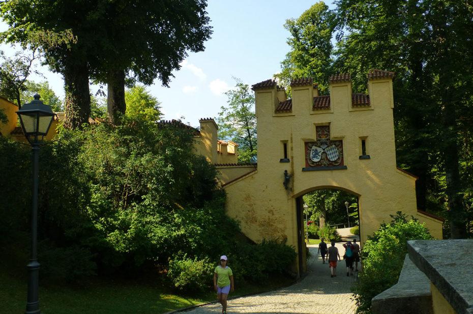 Porte d'entrée du château portant elle aussi une crénelure