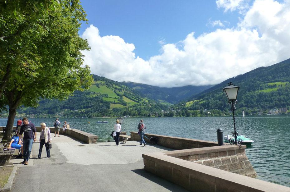 Promenade agréable sur les bords du lac Zeller See