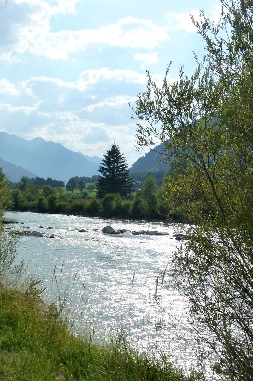 Le soleil se reflète sur la rivière Salzach