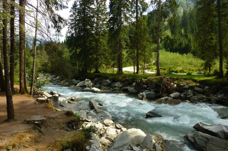 Décor idyllique de la rivière Krimmler Ache