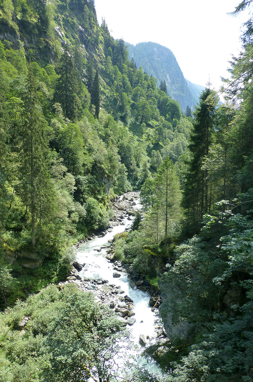 Le ruisseau serpente dans la vallée de Habach