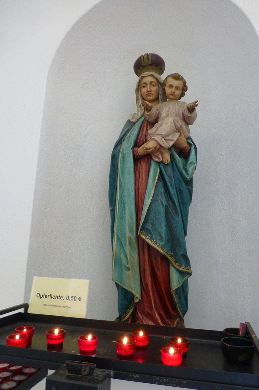 Statue de la Vierge et petits lumignons