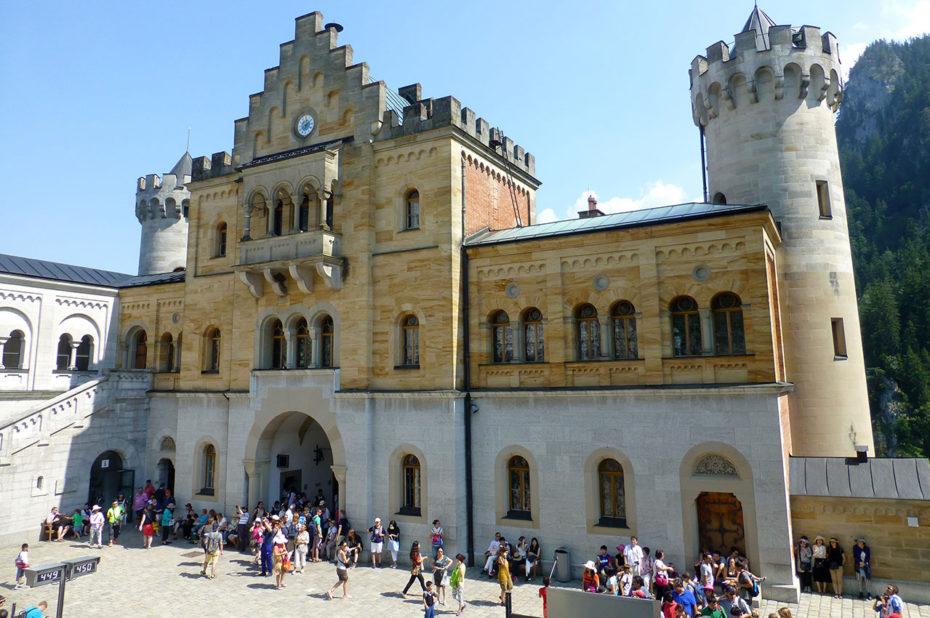 Touristes dans la cour du château