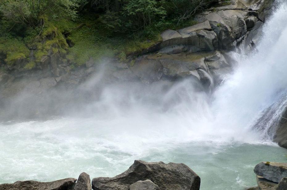 Les trombes d'eau des cascades captivent le regard
