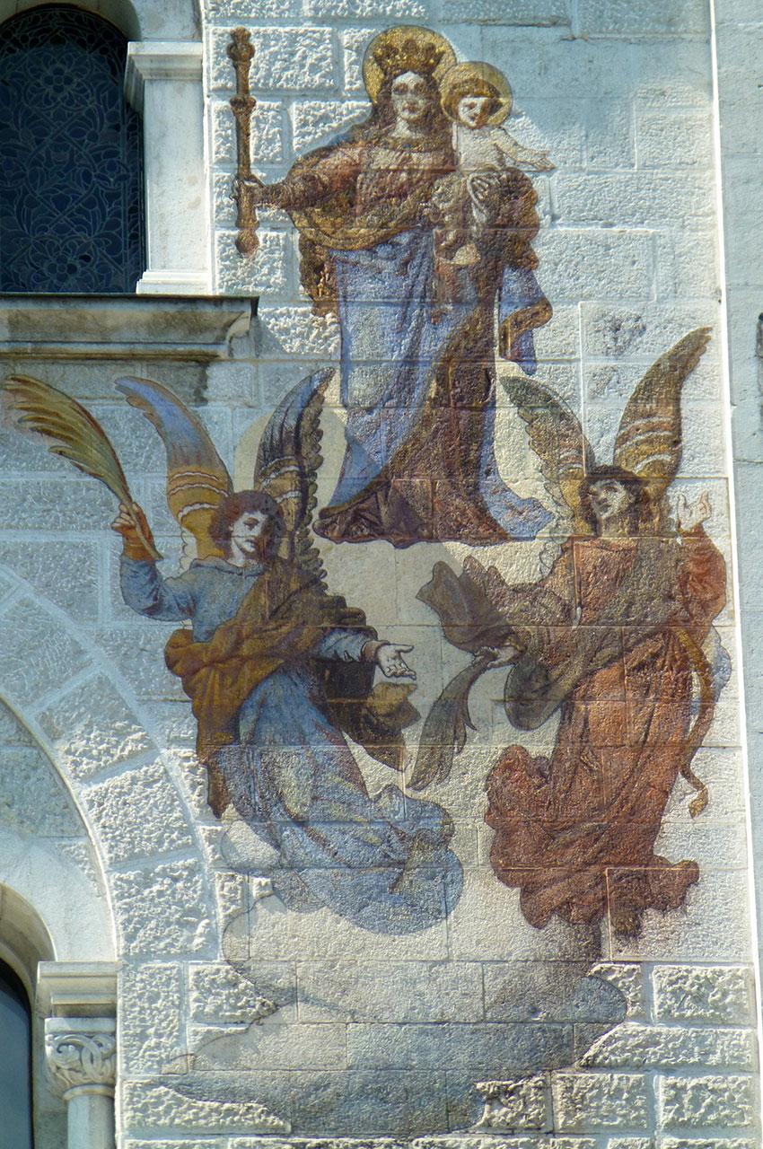 Vierge à l'enfant et anges peints sur la façade