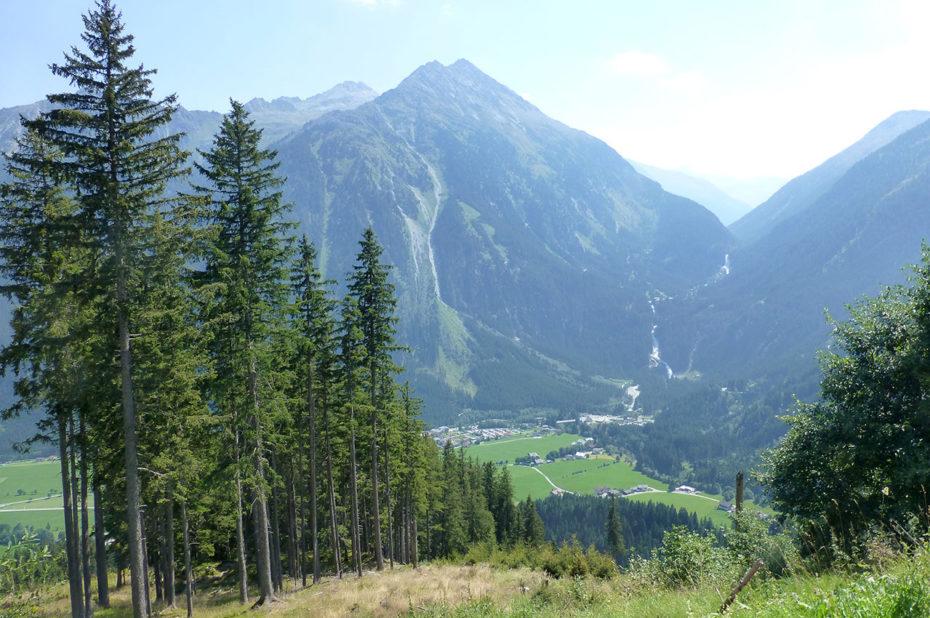 Vue sur les cascades de Krimml, au loin, entre les deux montagnes
