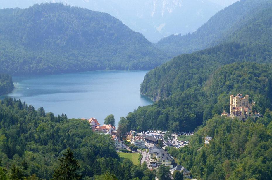 Vue sur le château de Hohenschwangau et le lac Alpsee