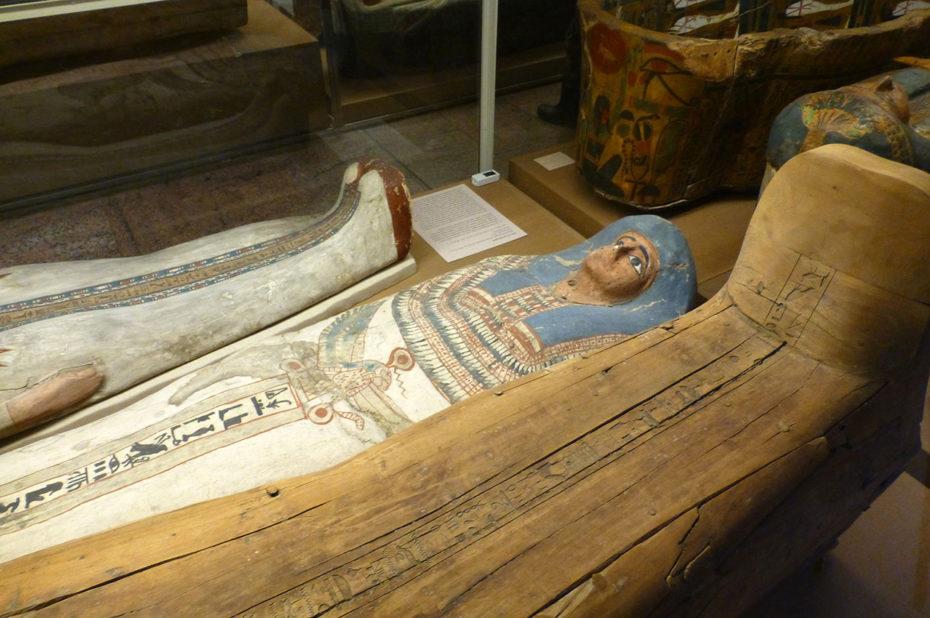 Cartonnage blanc d'une momie avec une perruque bleue