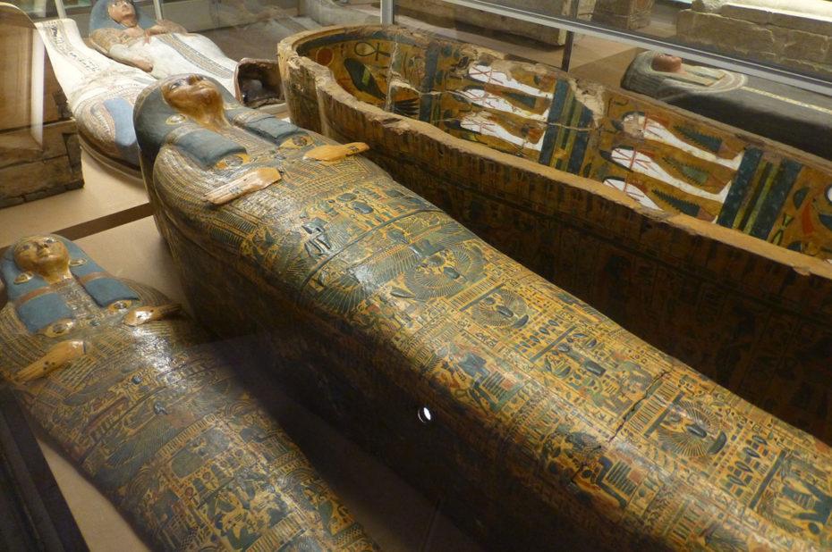Cercueils égyptiens peints et richement décorés