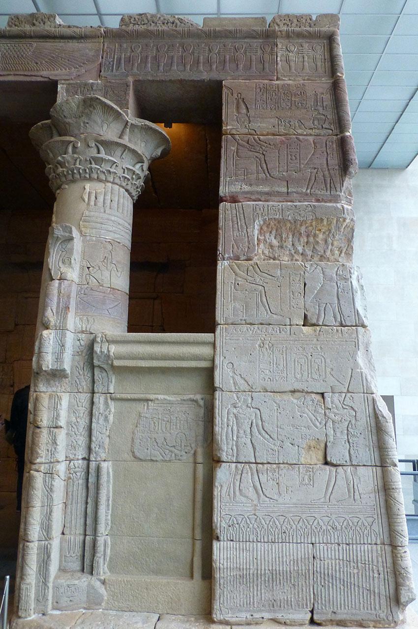 Côté droit de l'entrée du temple d'Isis de Dendour