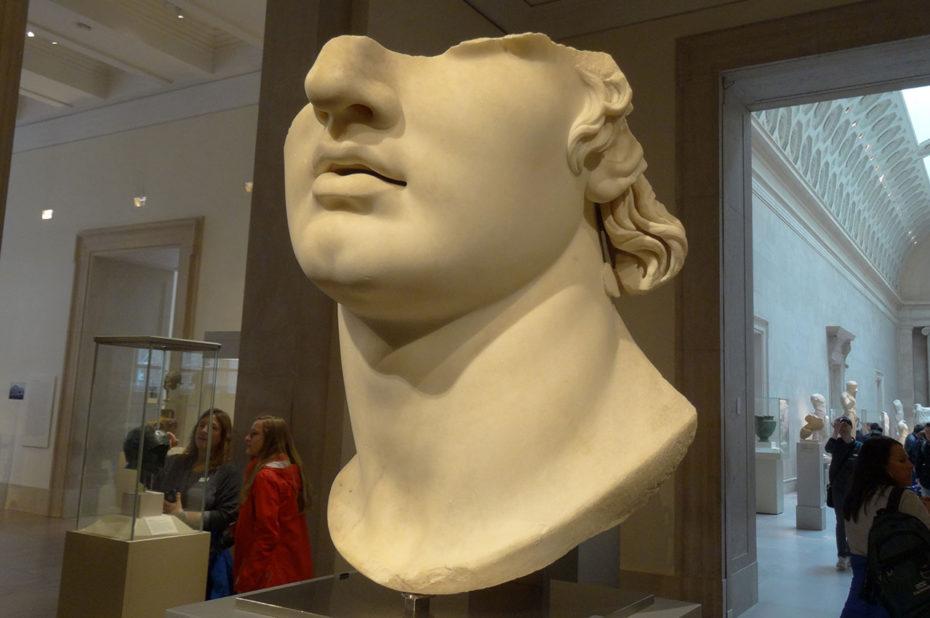 Fragment de la tête colossale en marbre d'un jeune