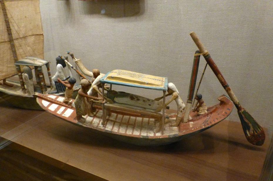 Modèle de bateau transportant une momie
