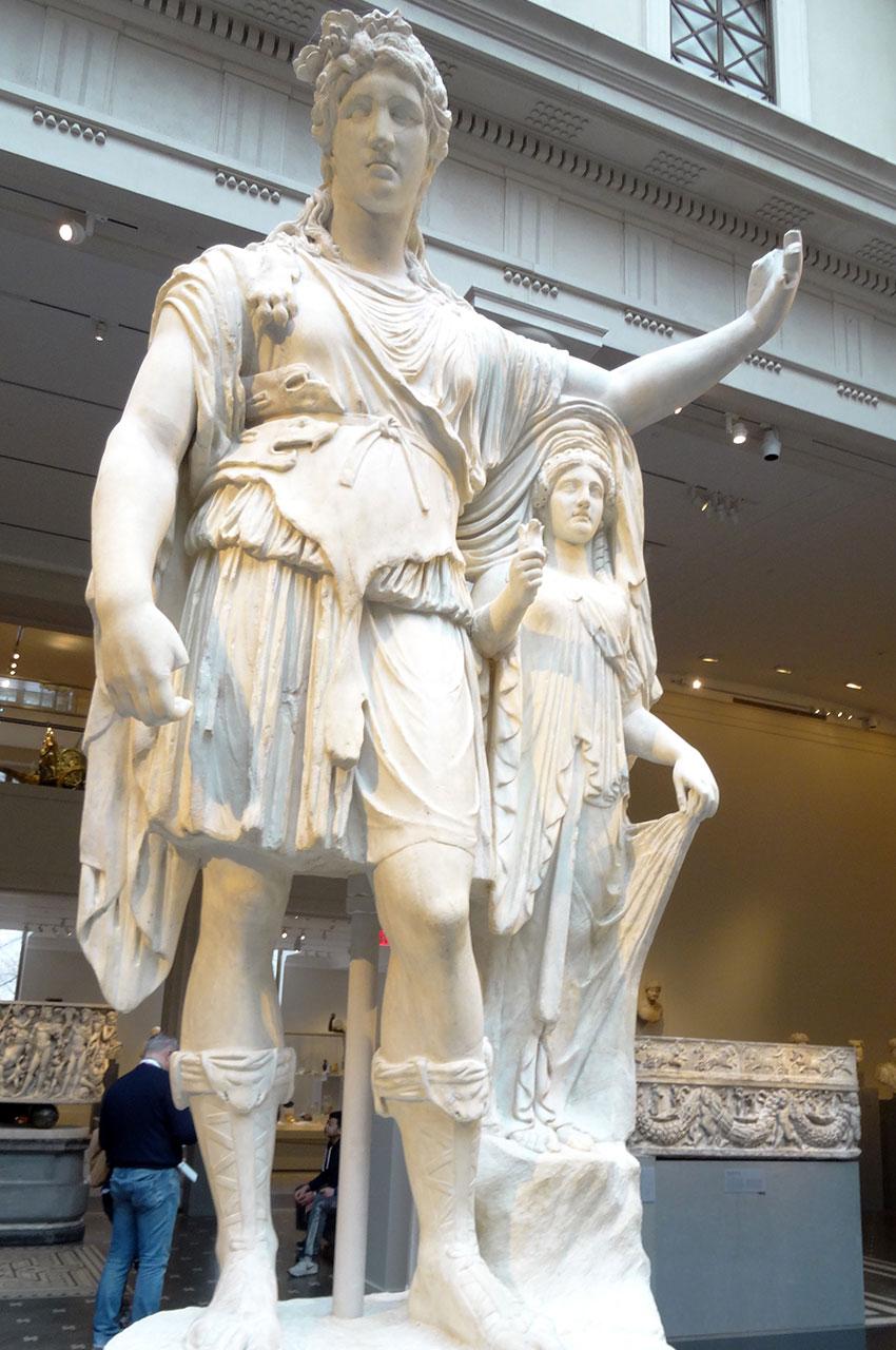 Statue de Dionysos s'appuyant sur une figure féminine