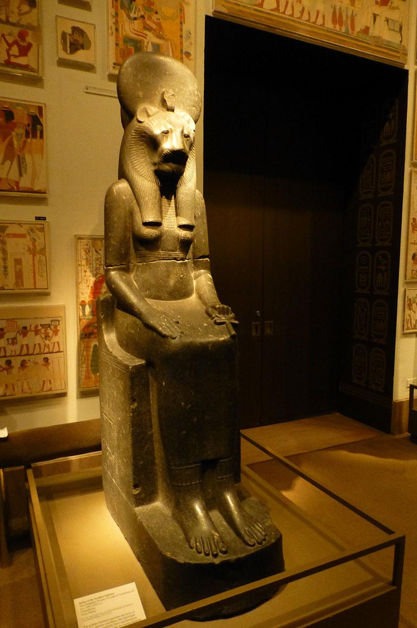 Statue de la déesse Sekhmet, femme à tête de lionne