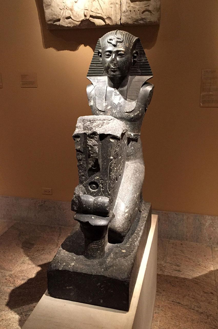 Statue à genoux du pharaon Seti Ier de la 19e dynastie
