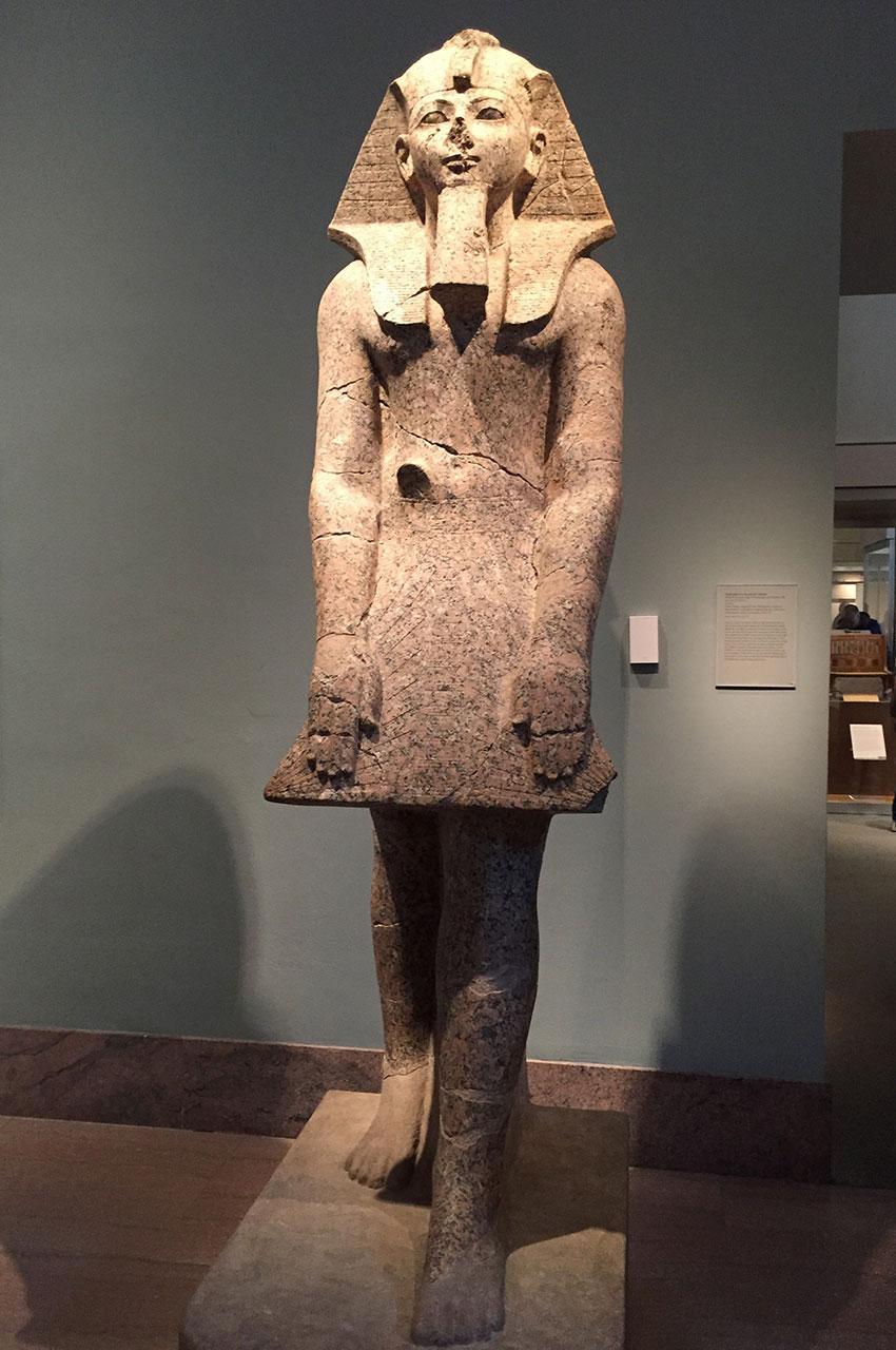 Statue de la reine-pharaon Hatchepsout dans une attitude de dévotion