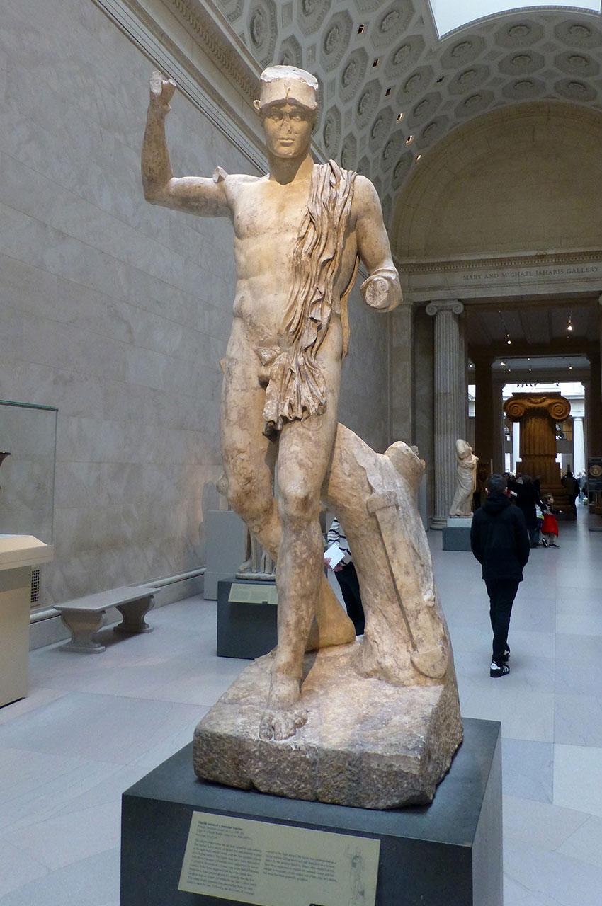 Statue en marbre d'un guerrier blessé