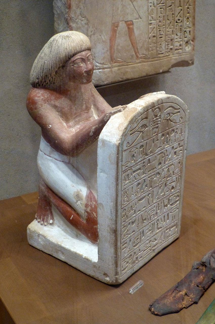 Statue de Roy chantant l'hymne solaire écrit sur sa stèle