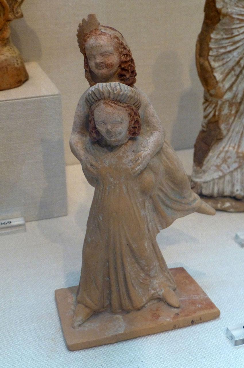 Statuette de deux jeunes filles jouant au jeu de l'éphédrismos