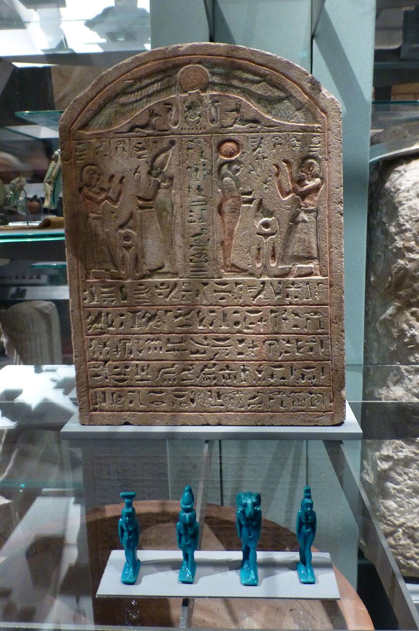 Stèle en pierre recouverte de hiéroglyphes