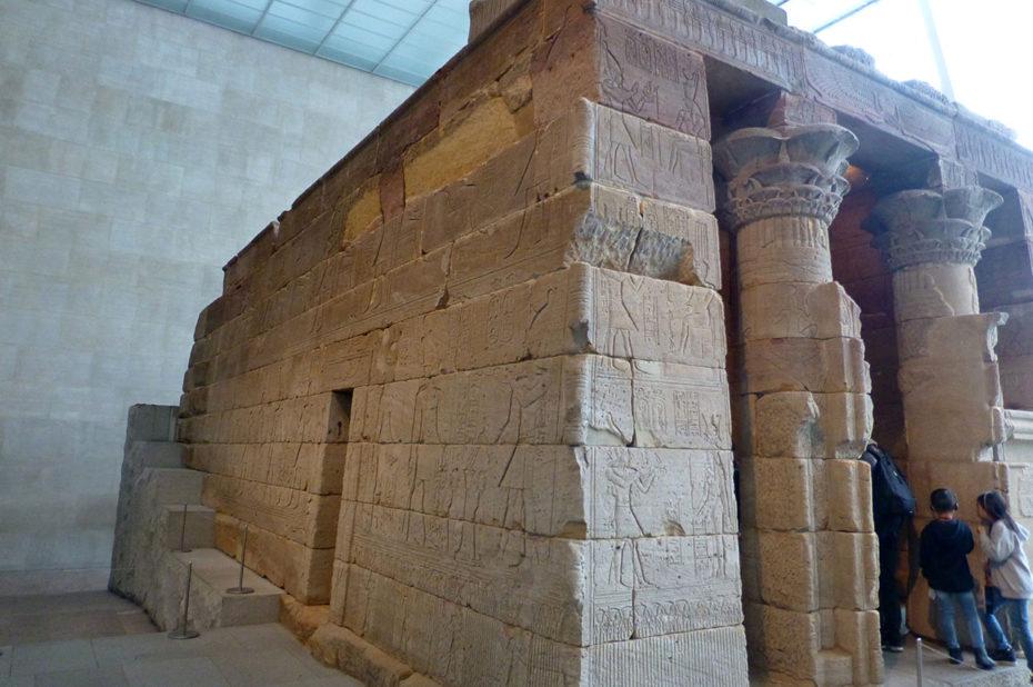 Bas-reliefs sur le temple d'Isis de Dendour