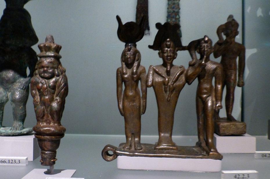 Trio de statues représentant Osiris, Isis et Horus
