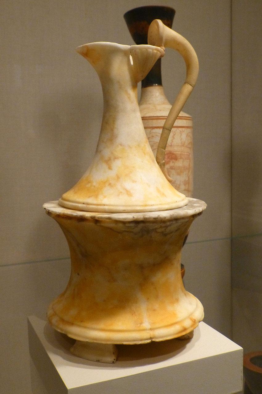 Vase en marbre sous la forme d'une pyxide surmontée d'un oinochoe