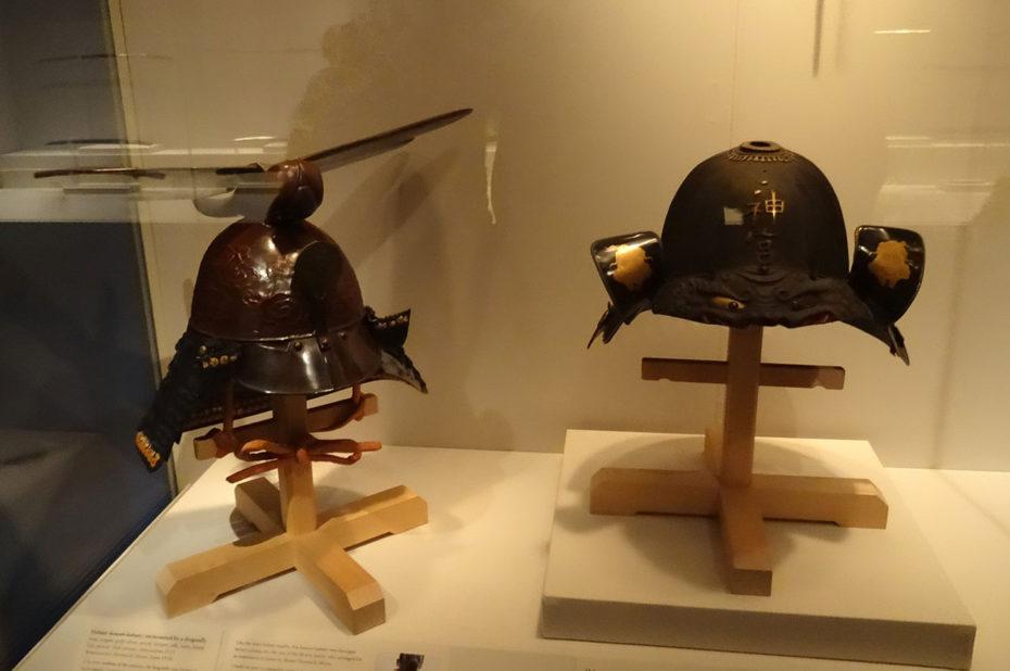 Deux casques dont un Kawari-Kabuto surmonté d'une libellule