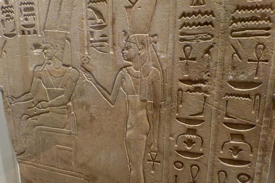 Détail des hiéroglyphes et inscriptions sur une stèle égyptienne