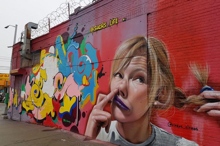 Femme mettant un doigt dans son nez