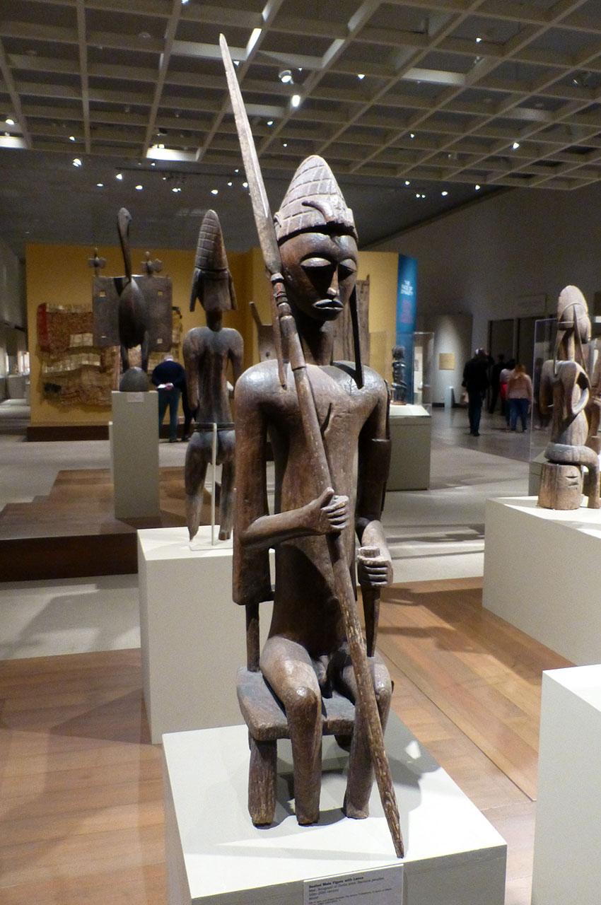 Figurine masculine en bois avec lance, Mali