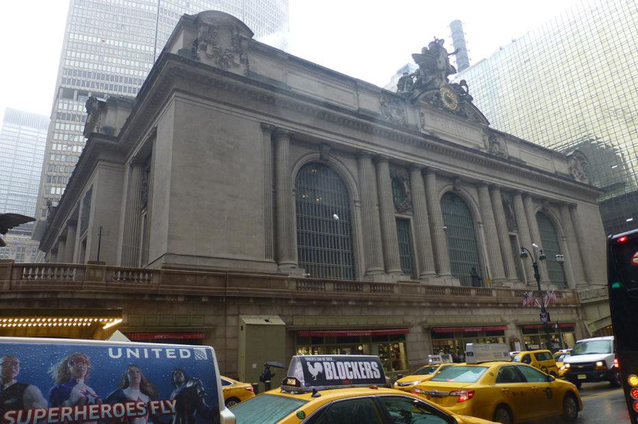 Grand Central Station sous la pluie, dans le flot de taxis jaunes