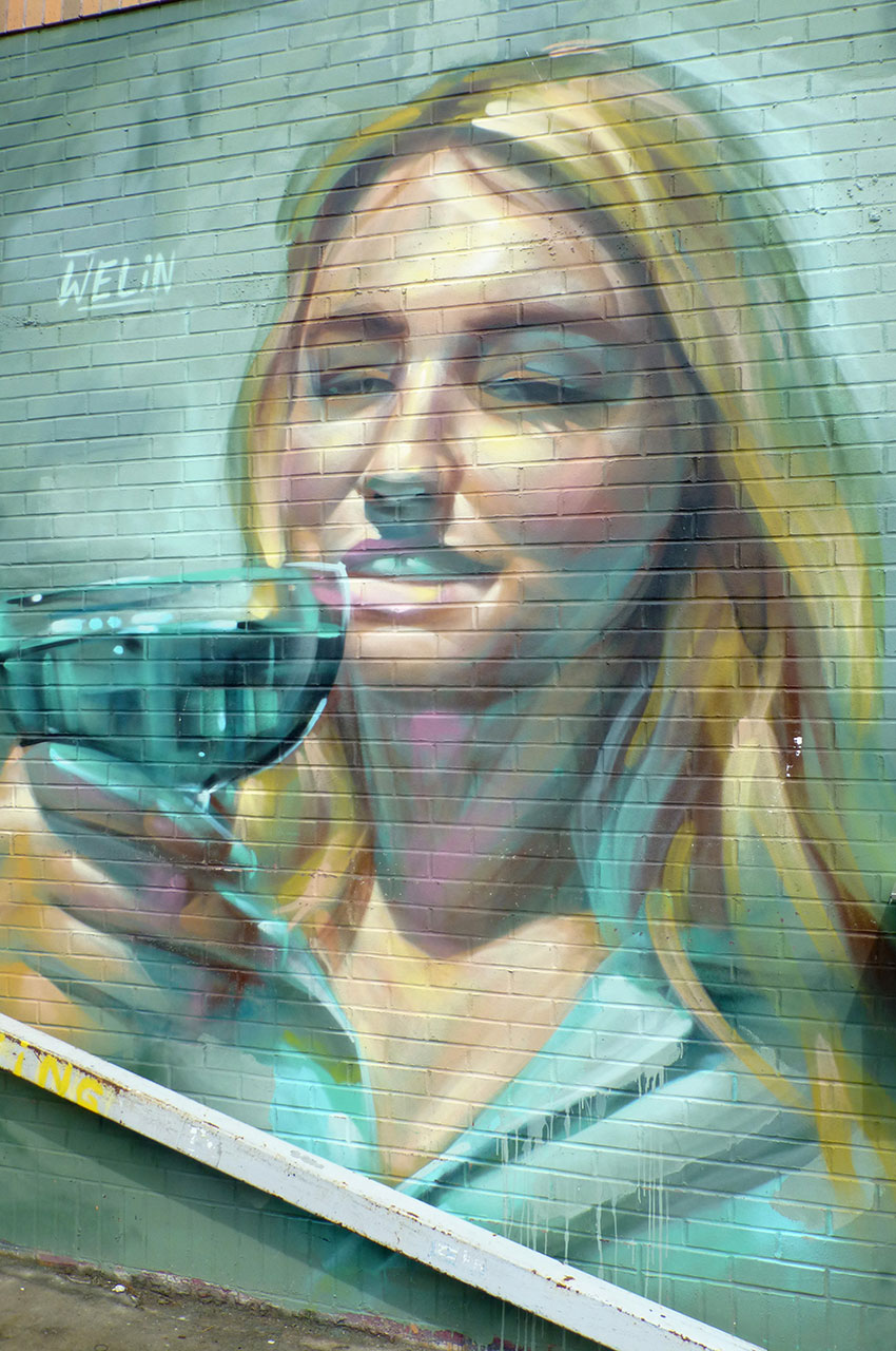Jeune femme buvant un verre