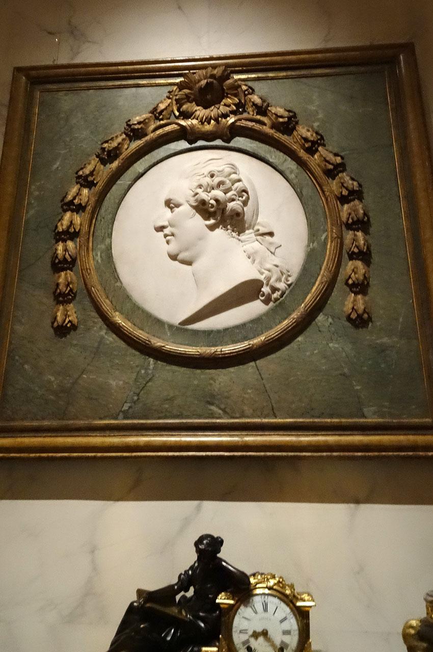 Médaillon en marbre de Louis XVI et horloge