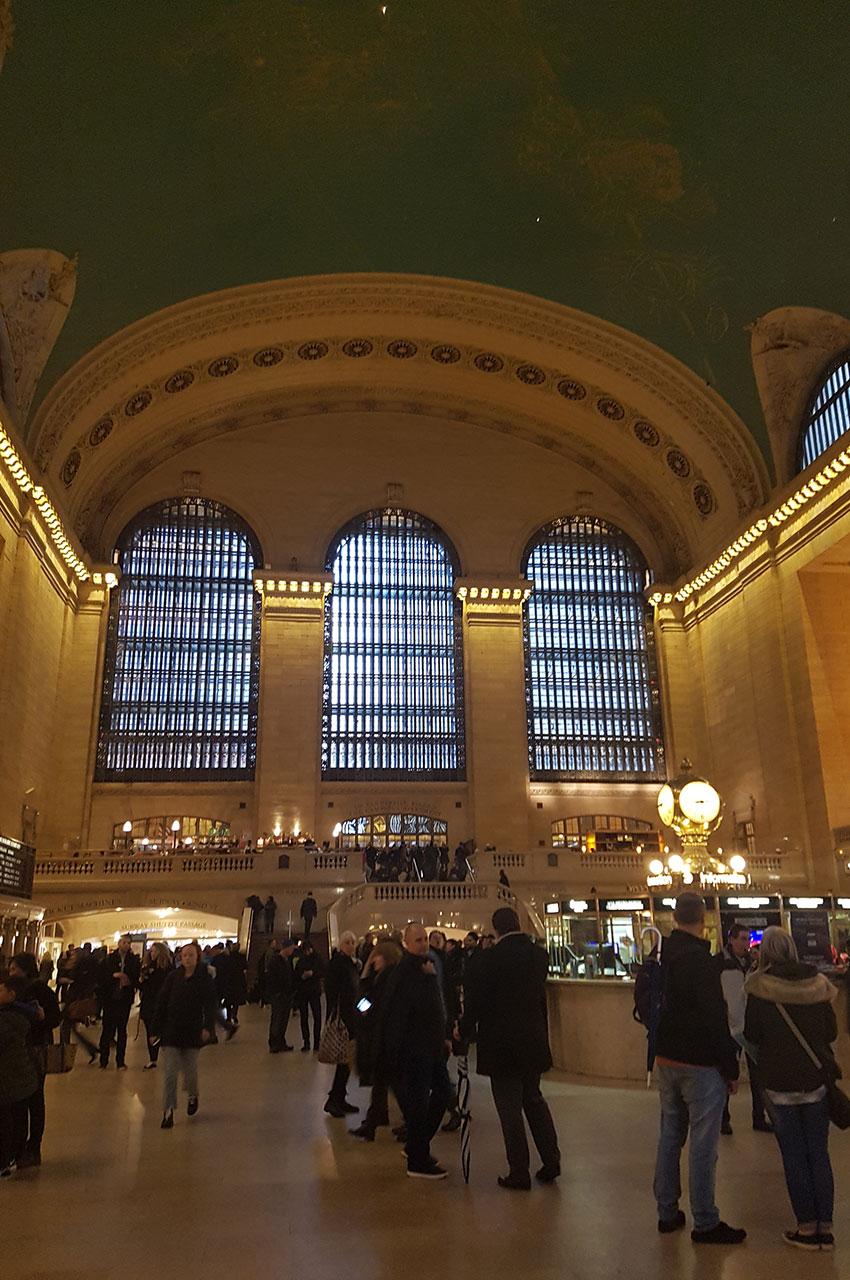 De nombreux voyageurs et touristes dans le hall principal