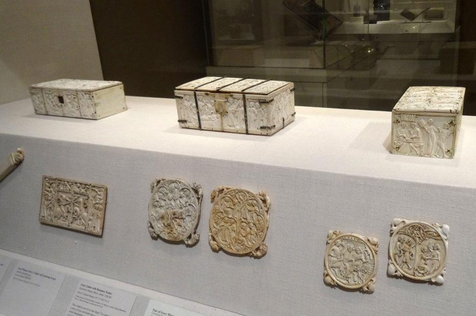 Objets en ivoire du XIVe siècle, dont des coffrets
