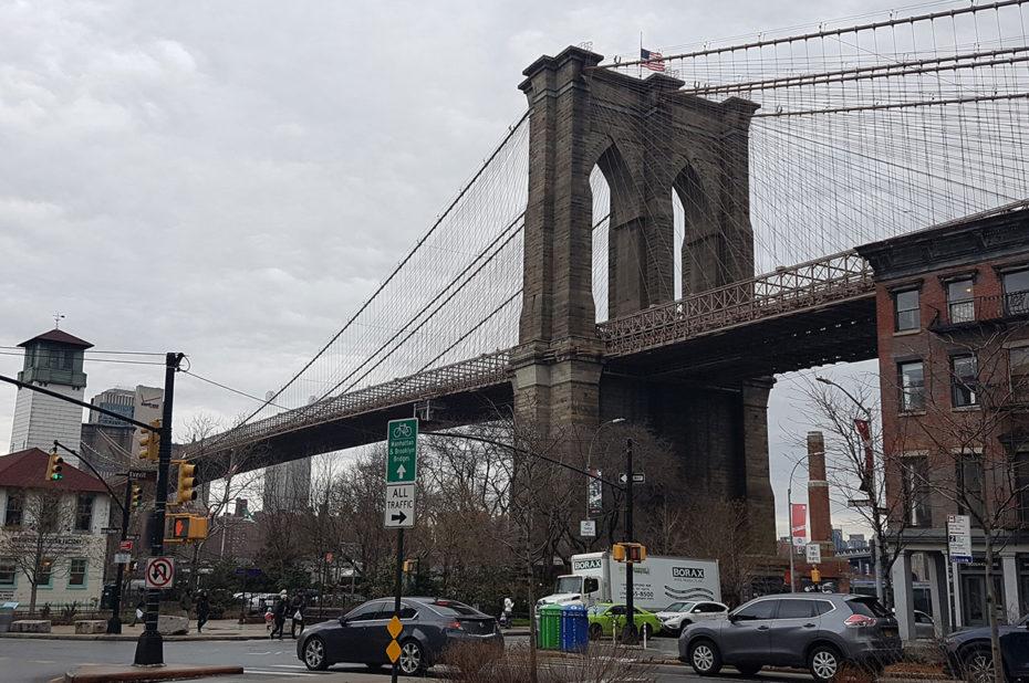 Au pied du pont de Brooklyn qui enjambe l'East River
