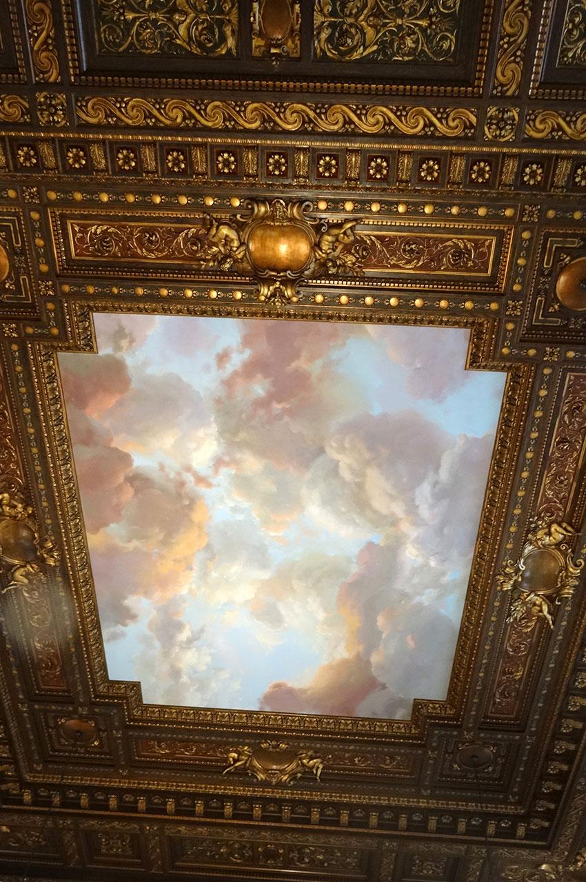 Plafond peint et richement décoré