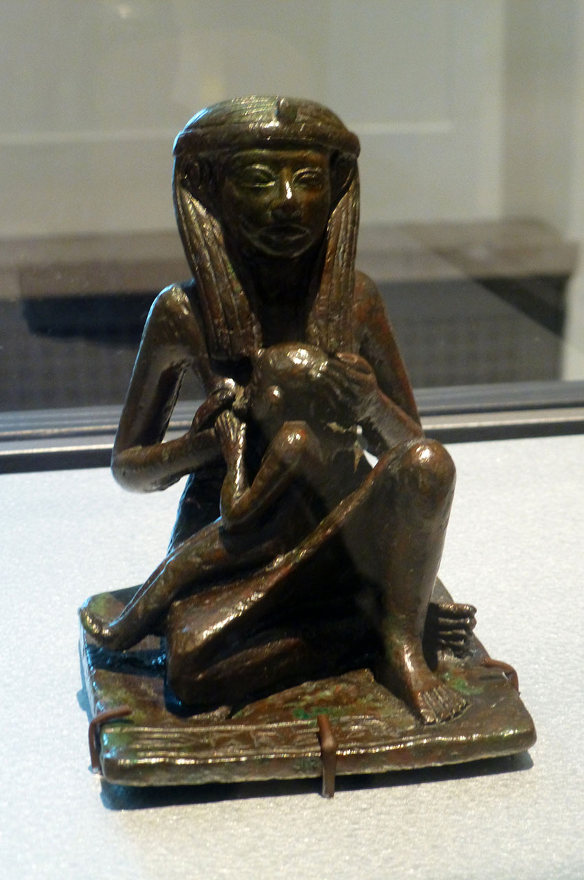Statue en bronze d'une mère donnant le sein