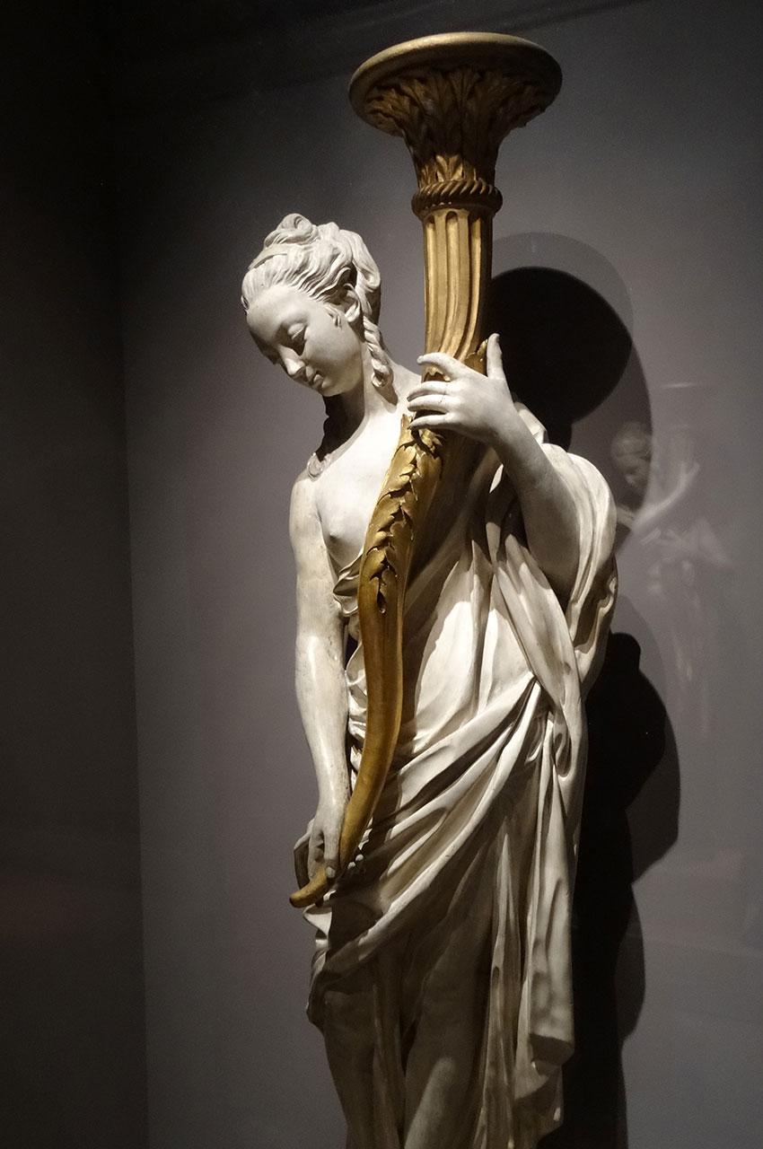 Statue d'une jeune femme portant une torche