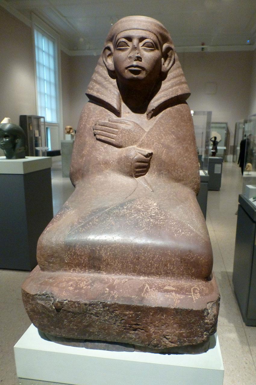 Statue d'un officiel masqué