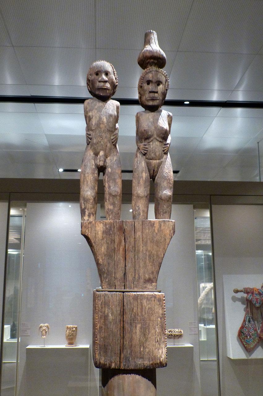 Totem en bois surmonté d'un homme et d'une femme