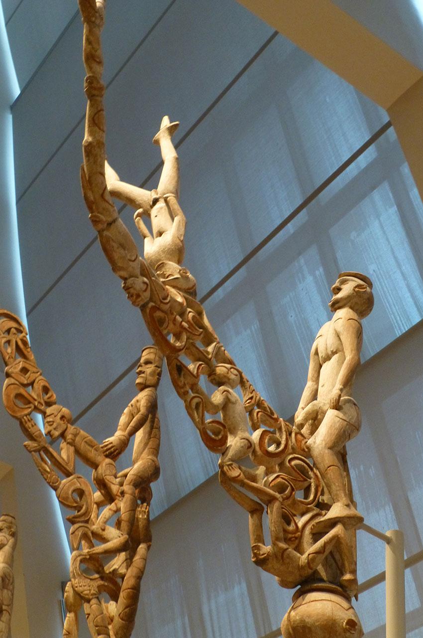 Totems en bois avec des divinités à l'apparence humaine