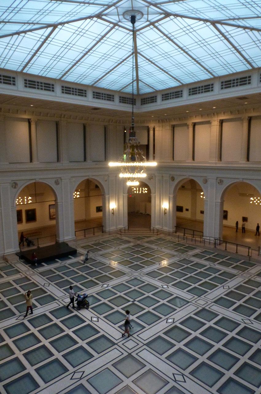 Vue sur l'atrium du Brooklyn Museum depuis le 1er étage