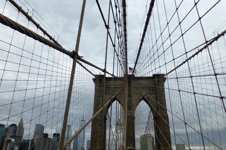 Seulement 4 câbles soutiennent le tableau du pont