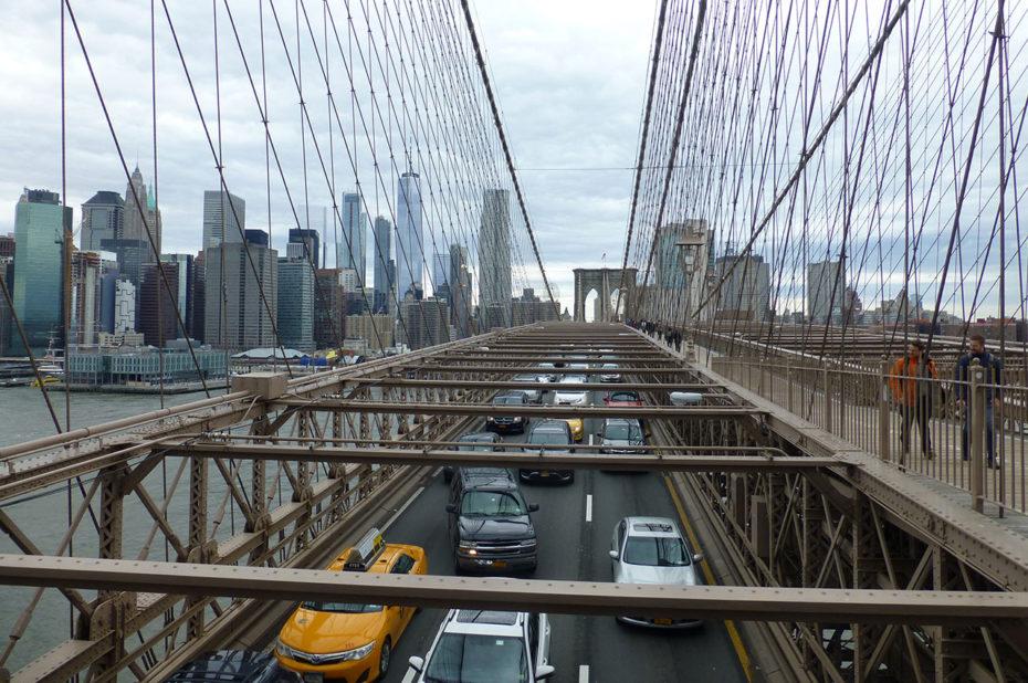 4x4, grosses berlines et taxis traversent le pont de Brooklyn