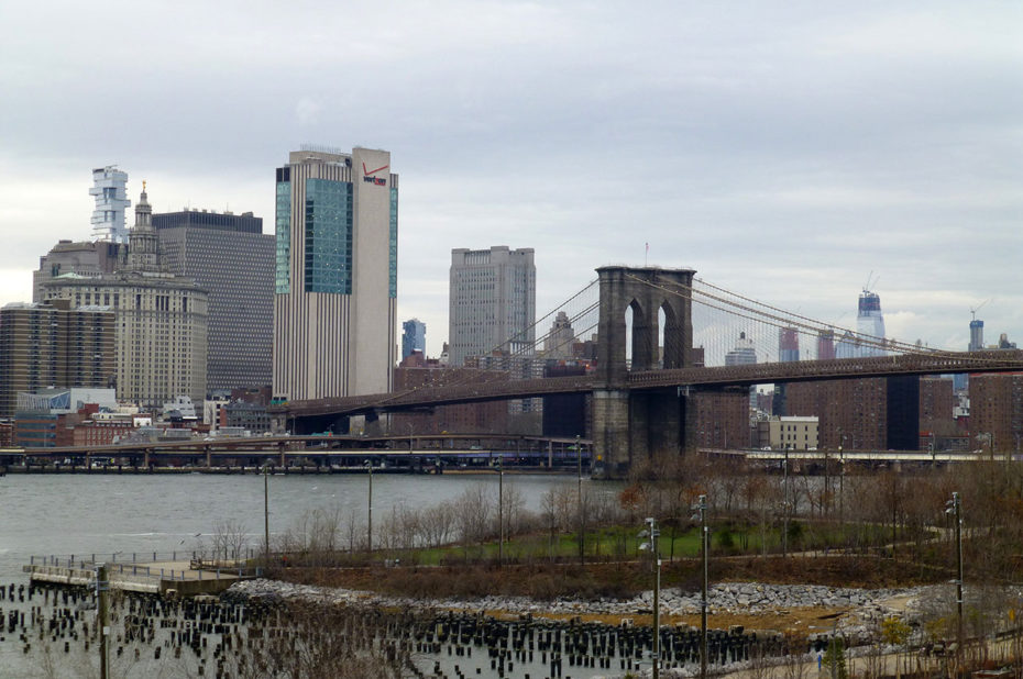 Brooklyn Bridge débouche vers City Hall côté Manhattan