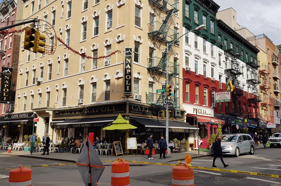 Le Caffe Napoli, à l'angle de Hester Street et Mulberry Street